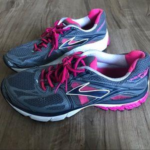 Women's Brooks Ravenna Size 9.5 Pink and Grey